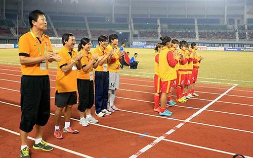 Ban huấn luyện và các cầu thủ dự bị cổ vũ cho đội hình đá chính.