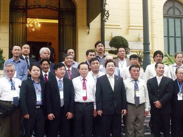 Thứ trưởng Ngoại giao Nguyễn Thanh Sơn (thứ 5 từ trái sang, hàng đầu)và các nhà báo kiều bào