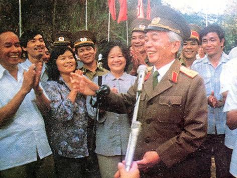 Đại tướng Võ Nguyên Giáp tại cửa khẩu Hữu Nghị ngày 28/9/1990
