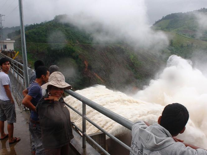 Người dân lên đập Thủy điện Đăk Mi 4 xem thủy điện này xã lũ