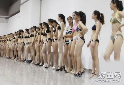 Choáng với các nữ sinh diện bikini nóng bỏng lên lớp - ảnh 1