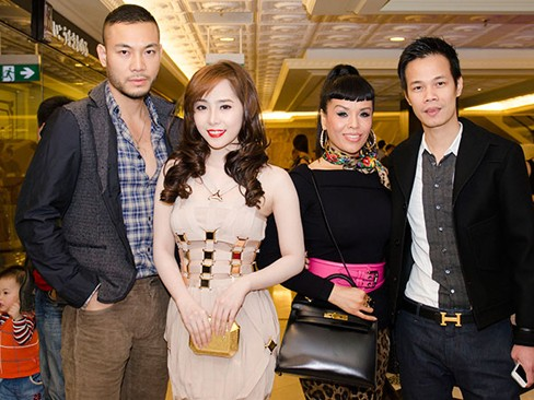 Quỳnh Nga và bạn trai chụp ảnh cùng các vị khách mời
