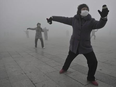 Tập thể dục dưỡng sinh trong màn không khí ô nhiễm tại Trung Quốc. Ảnh: Reuters