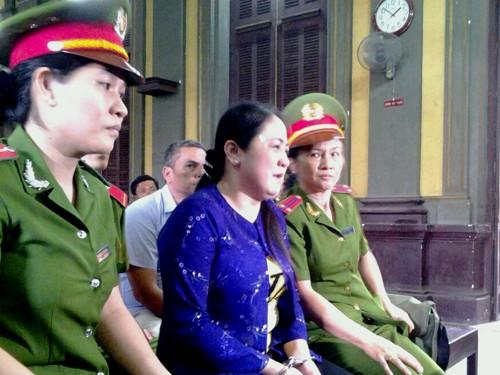 Bà Liễu bật khóc ngay khi vừa được áp tải khỏi xe tù