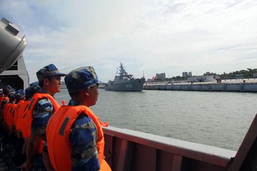 Thủy thủ đoàn HQ-011 đang thực hiện nghi thức chào cảng khi tàu tiến vào cầu tàu Trạm Giang; phía xa là HQ-012 đã cập cảng