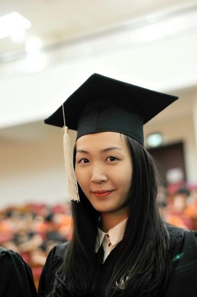 Á hậu Hoa hậu Việt Nam 2010 Đặng Thùy Trang rạng rỡ ngày tốt nghiệp - ảnh 2
