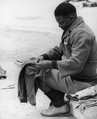 Năm 1966: Mandela ngồi khâu lại áo trong thời gian bị giam giữ ở Đảo Robben. (Nguồn: Getty)