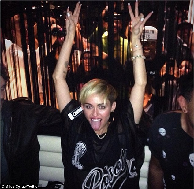 Miley Cyrus tiếp tục ăn mặc hở hang trên show truyền hình - ảnh 6