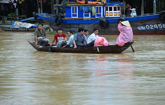 Người dân và du khách ở hai đầu cầu muốn qua lại chỉ còn cách đi thuyền.