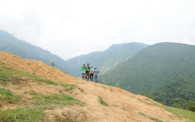 Đường lên khu khai thác vàng trái phép dốc thẳng đứng, trơn trượt, vô cùng nguy hiểm