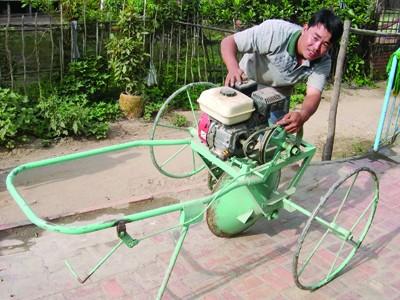 Anh Nguyễn Hoàng Phong học lớp 6 (Châu Phú, An Giang) sáng chế máy nông nghiệp năng suất bằng 75 người làm thủ công. Ảnh: Lê Hoàng Vũ