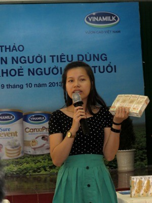 Bà Lâm Ngọc Trinh – Đại diện ngành hàng nước giải khát của Vinamilk giới thiệu với người tiêu dùng về những lợi ích của sản phẩm sữa đậu nành