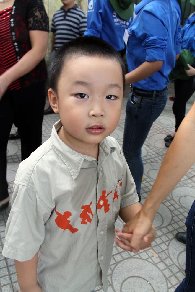 Cậu bé thần đồng Phạm Tuấn Minh trong dòng người xếp hàng vào viếng Đại tướng Võ Nguyên Giáp chiều 8/10.             Bài viết: http://news.zing.vn/Than-dong-4-tuoi-xep-hang-vao-vieng-Dai-tuong-post358805.html#home_cate.tinmoi             Nguồn Zing News