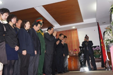 Cán bộ, nhân viên Đại sứ quán cúi đầu trước bàn thờ Đại tướng. Ảnh: T.Đ.