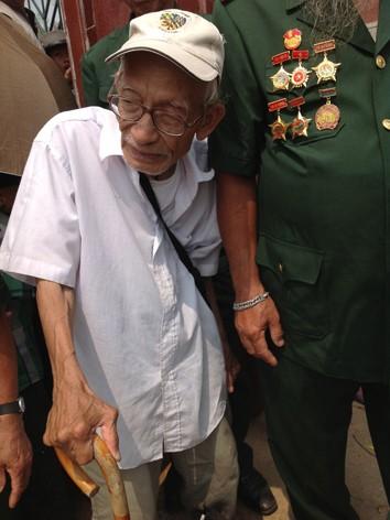 Cụ già 90 tuổi từ Hà Nội vào, chống gậy chen chúc trong dòng người đón Đại tướng