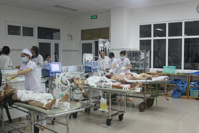 Các nạn nhân vụ taiu nạn đang được cấp cứu tại bệnh viện Ninh Thuận