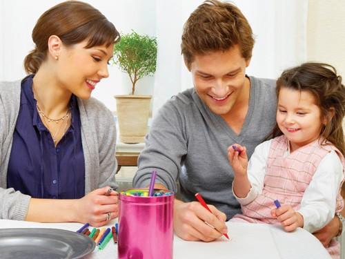 Thông qua tiếp xúc với thế giới xung quanh, trẻ sẽ phát triển ngôn ngữ. Ảnh: Shutterstock