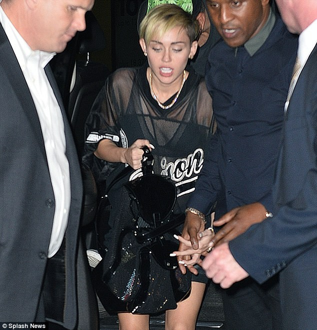 Miley Cyrus tiếp tục ăn mặc hở hang trên show truyền hình - ảnh 5