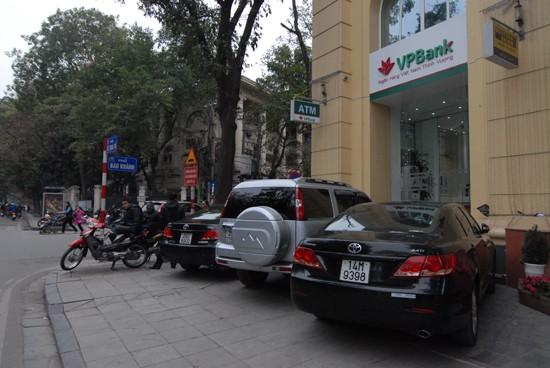 Xế hộp đậu trên vỉa hè phố Lê Thái Tổ, trước cửa Ngân hàng VP Bank