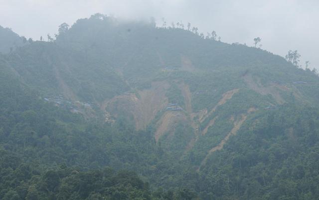 Khu vực khai thác vàng trái phép đất đai nham nhở, sạt lở tứ tung.