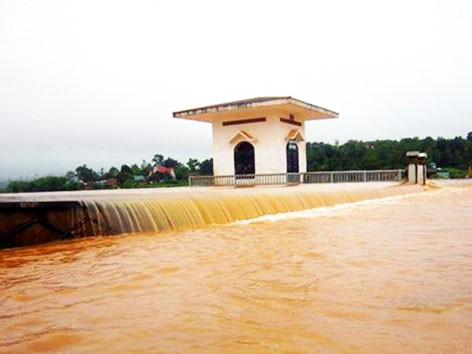 Nước tràn đập dọa vỡ hồ chứa