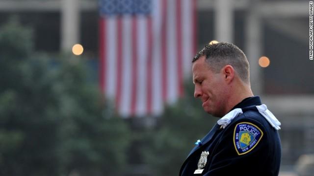 Một cảnh sát Mỹ bật khóc trước lễ tưởng niệm