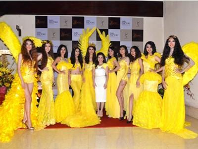 TGĐ Ma Dao Ngọc Bích chụp hình cùng các mỹ nhân trước giờ trình diễn thời trang