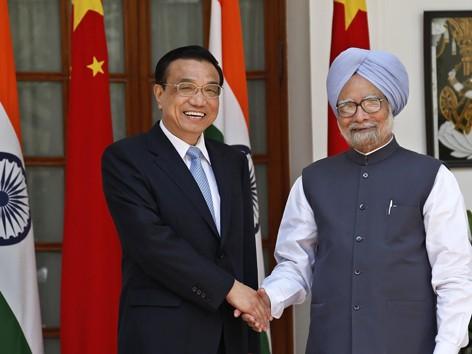 Thủ tướng Ấn Độ Manmohan Singh (phải) và người đồng nhiệm Trung Quốc             Lý Khắc Cường tại New Delhi ngày 20/5. Ảnh: AP