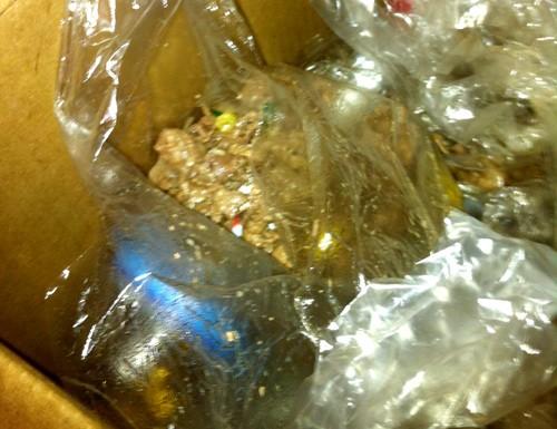 4 gói thịt bò giấu trong thùng giấy ở ngăn chứa ga, bếp ăn bán trú trường TH Tân Lập 1