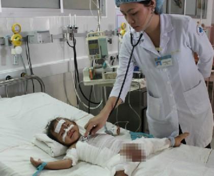 Hiện bệnh nhi nhiễm trùng huyết nặng, sốt cao nên chưa thể tiến hành cắt lọc da