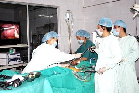 TTND. Trần Đức Quý (x) thực hiện ca phẫu thuật nội soi.
