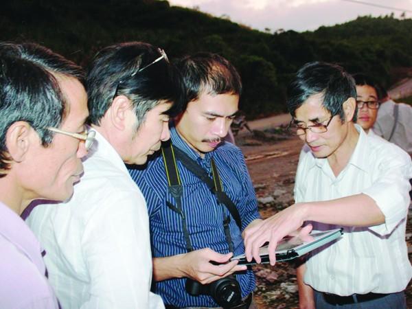Các chuyên gia Viện Vật lý địa cầu kiểm tra thực tại đập hồ thủy điện Sông Tranh 2