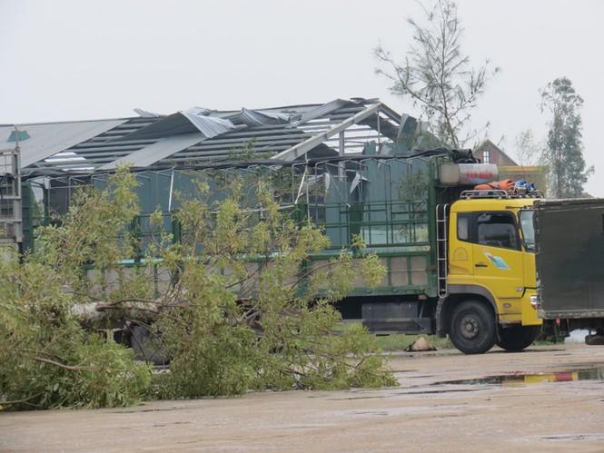 Lốc xoáy sau bão phá nát nhiều nhà dân - ảnh 5