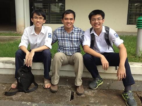 HCV Vật lý Quốc tế Bùi Quang Tú, Th.S giáo viên Đặng Minh Tuấn và VCV Vật lý châu Á Hoàng Trọng Nam Anh