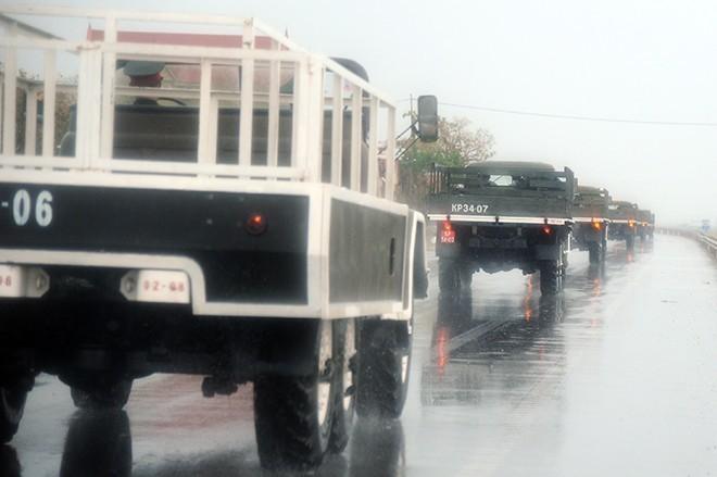 Đoàn xe kéo dài 500m đi qua quốc lộ 1A (địa phận huyện Bố Trạch, Quảng Bình)             Bài viết: http://news.zing.vn/Doan-xe-tang-le-tai-Quang-Binh-dien-tap-trong-mua-post359630.html#home_featured.tinnong             Nguồn Zing News