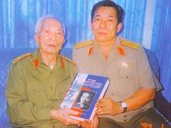Thiếu tướng Trần Ngọc Thổ chụp ảnh chung với Đại tướng Võ Nguyên Giáp nhân dịp ông được phong hàm Thiếu tướng