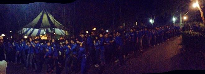 Hàng trăm tình nguyện viên xếp hàng trong đêm viếng cuối cùng trước nhà Đại tướng.             Bài viết: http://news.zing.vn/Chau-noi-Dai-tuong-cam-ta-cac-ban-tre-tinh-nguyen-post359433.html#home_featured.noibat             Nguồn Zing News