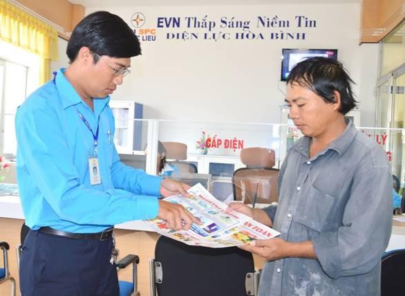 Nhân viên Điện lực Hòa Bình (Công ty Điện lực Bạc Liêu) hướng dẫn người dân biện pháp sử dụng điện an toàn, tiết kiệm