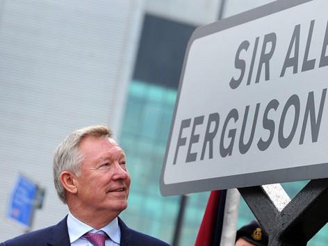Sir Alex bên tấm biển con đường vào sân Old Trafford mang tên ông. ảnh: Eurosport