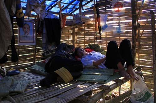 Những cậu học trò nghèo ở trường THCS xã Trung Lý nằm co ro bên căn lều trọ học trống hoác