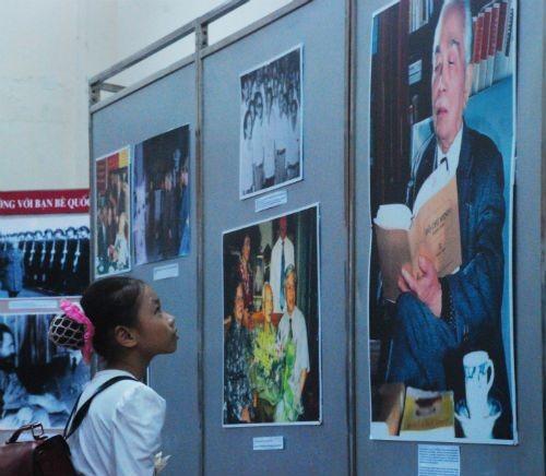 Nhiều em bé đến thăm triển lãm