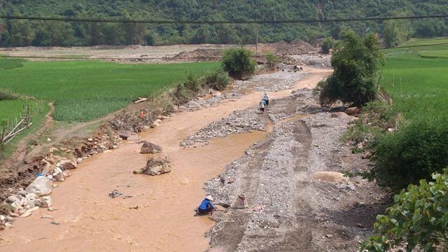 Bên dưới các con suối, những người mót quặng, mót vàng vẫn hỳ hục, cặm cụi moi móc, đào xới