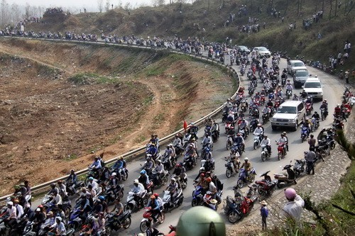 Người dân theo đoàn xe đưa thi hài Đại tướng Võ Nguyên Giáp tiến về Vũng Chùa - Đảo Yến. Ảnh: VietnamPlus.