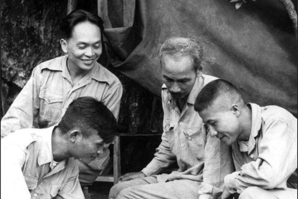 Đại tướng Võ Nguyên Giáp chụp ảnh cùng lãnh tụ Hồ Chí Minh năm 1950