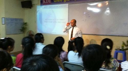 """""""Diễn giả"""" Trần Văn Hưng, phó giám đốc điều hành Học viện đào tạo kỹ năng mềm KDI - Việt Nam, giảng về kỹ năng mềm chiều 7-10"""