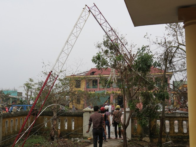 Lốc xoáy sau bão phá nát nhiều nhà dân - ảnh 8