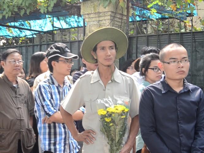 Anh Nguyễn Đăng Tuyến tay cầm bó hoa cúc đạp xe từ 4h sáng từ Hưng Yên lên Hà Nội