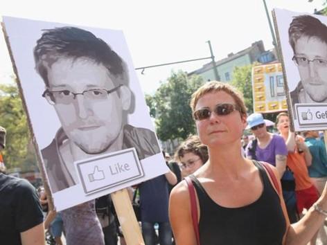 Việc Edward Snowden tiết lộ các chương trình giám sát của Mỹ được người dân nhiều nước ủng hộ.             Ảnh: Getty Images
