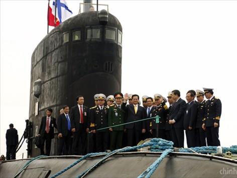 Thủ tướng Nguyễn Tấn Dũng thăm tàu ngầm Hà Nội và thủy thủ đoàn tại Kaliningrad nhân chuyến thăm Nga hồi tháng 5.             Ảnh: Chinhphu.vn