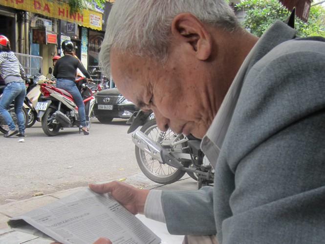 Ông Dậu, bác anh Huy đang xem thông tin về cháu mình